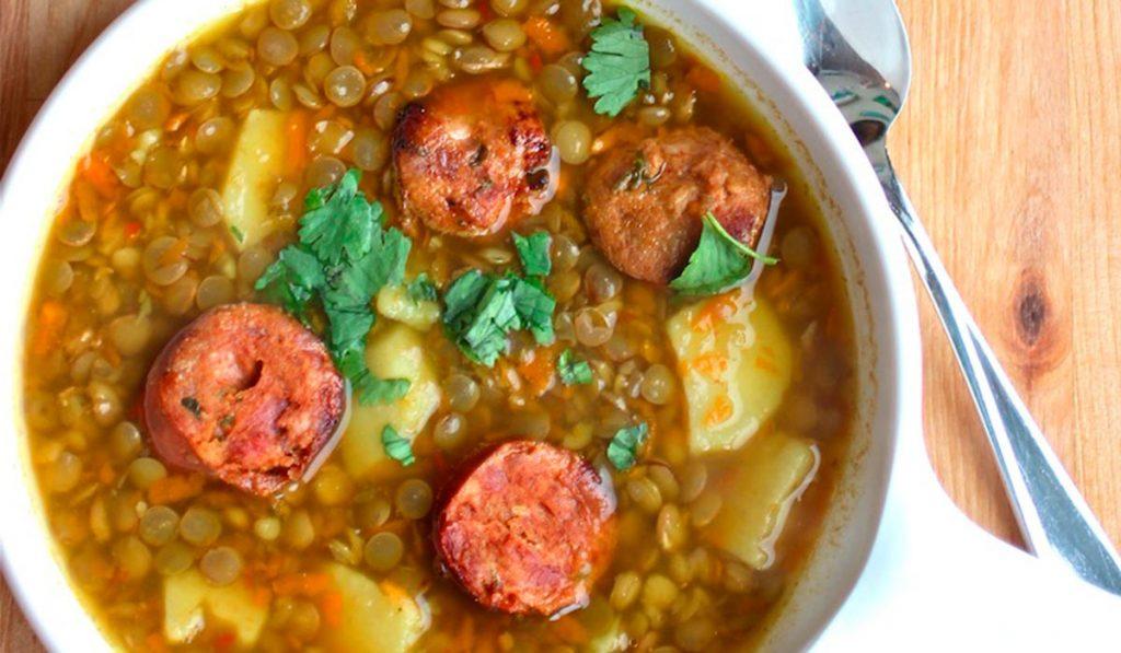 Sopa de lentejas colombiana