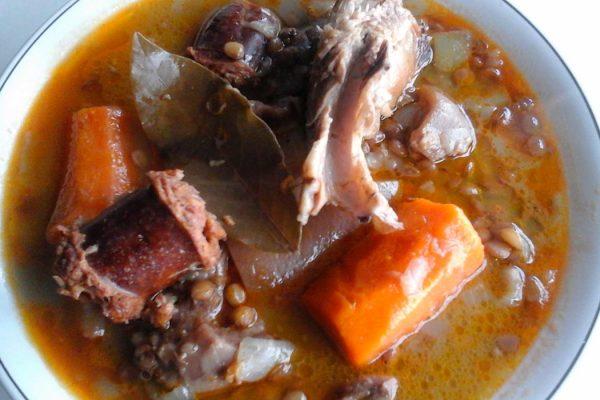 Lentejas pardinas con costillas, chorizo, morcilla, morro y zanahoria