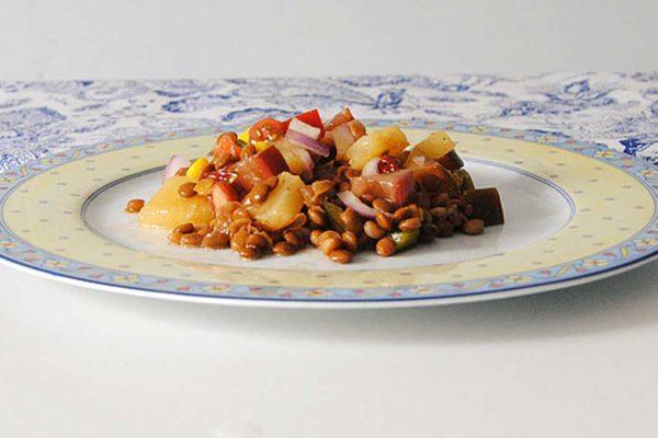 Ensalada de lentejas pardinas con maíz y piña