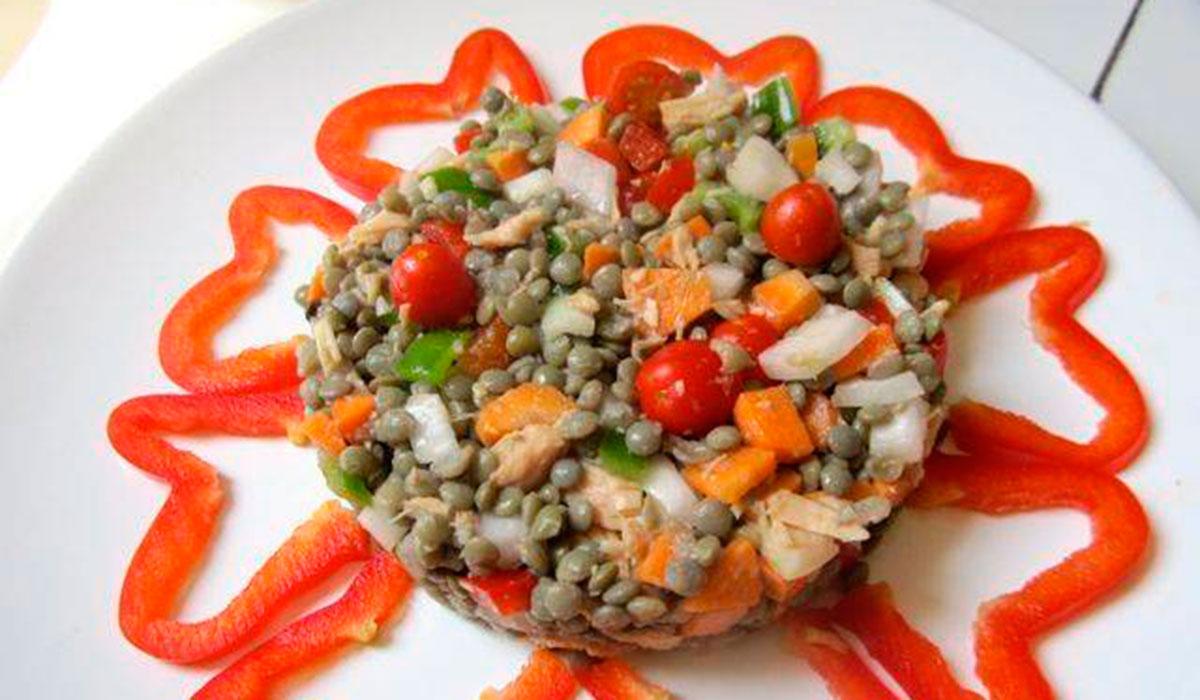Ensalada de lentejas pardinas con atún y verdura