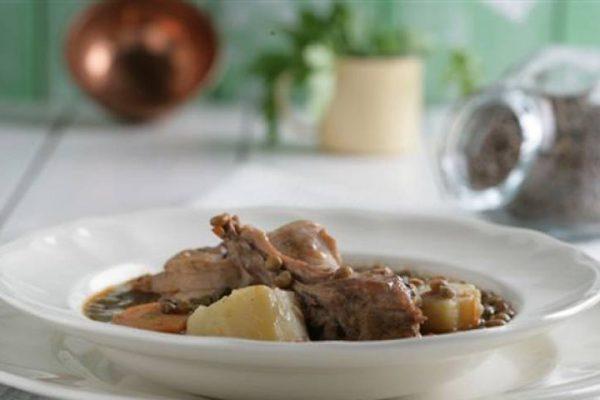 Lentejas pardinas con conejo y verduras